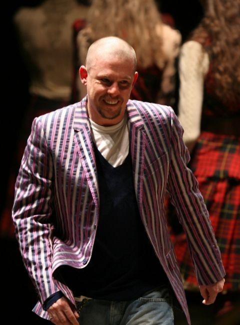 fba7de9283 Alexander McQueen a 2006-2007-es őszi-téli bemutatón Alexander McQueen  Alexander McQueen a 2007-2008-as őszi-téli bemutató után